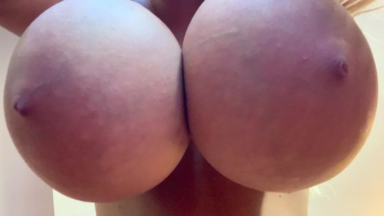 Kitty bottom titty shaking and bouncing